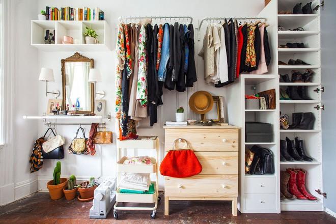 Không gian tưởng chừng như vô dụng dưới đây lại có thể trở thành tủ quần áo chỉ trong vài nốt nhạc - Ảnh 1.
