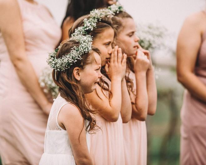 Xem lại ảnh cưới của mình, mẹ bất ngờ xúc động khi thấy con gái 6 tuổi òa khóc nức nở lúc bố mẹ trao lời thề - Ảnh 1.