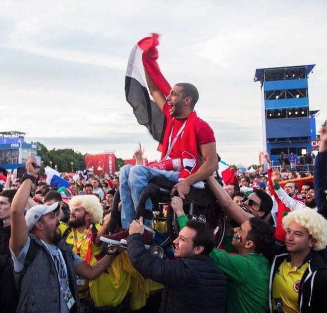 Khoảnh khắc xúc động: Nhóm CĐV Mexico và Colombia nhấc bổng một CĐV Ai Cập ngồi xe lăn lên để giúp anh theo dõi đội nhà thi đấu - Ảnh 1.
