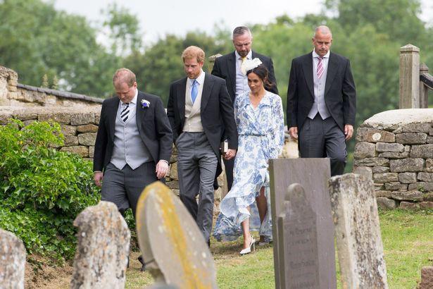 Khoảnh khắc Meghan suýt trượt ngã vì giày cao gót và phản ứng của Hoàng tử Harry gây sốt - Ảnh 3.
