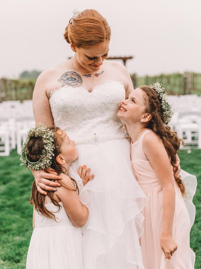 Xem lại ảnh cưới của mình, mẹ bất ngờ xúc động khi thấy con gái 6 tuổi òa khóc nức nở lúc bố mẹ trao lời thề - Ảnh 4.