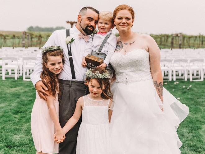 Xem lại ảnh cưới của mình, mẹ bất ngờ xúc động khi thấy con gái 6 tuổi òa khóc nức nở lúc bố mẹ trao lời thề - Ảnh 3.