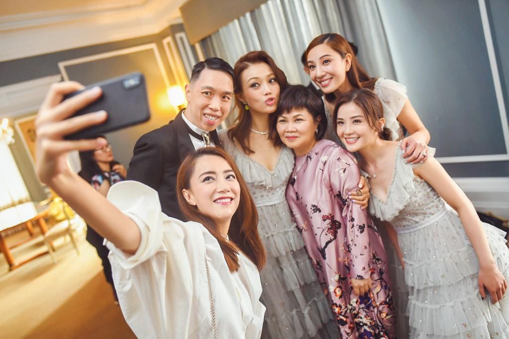 Tròn 10 năm tủi hờn vì scandal ảnh sex, Chung Hân Đồng khóc như mưa trong hôn lễ đẹp như cổ tích của mình - Ảnh 12.