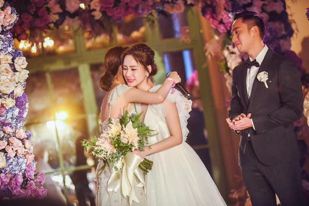 Tròn 10 năm tủi hờn vì scandal ảnh sex, Chung Hân Đồng khóc như mưa trong hôn lễ đẹp như cổ tích của mình - Ảnh 6.